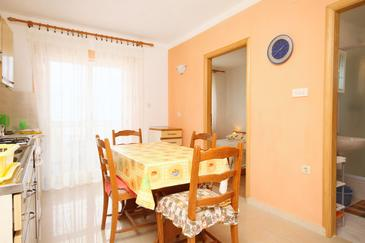 Cres, Dining room in the apartment, (pet friendly) and WiFi.