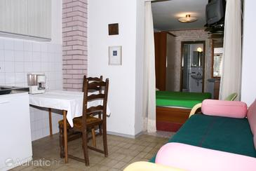 Cres, Dining room in the studio-apartment, dopusteni kucni ljubimci i WIFI.