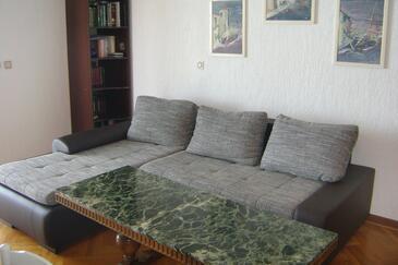 Babići, Sala de estar in the apartment, air condition available y WiFi.