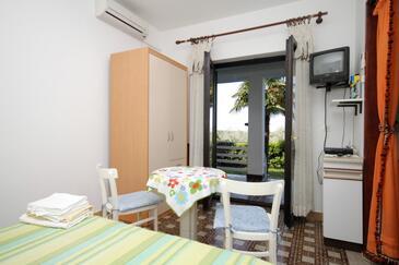 Babići, Dining room in the studio-apartment, dopusteni kucni ljubimci i WIFI.