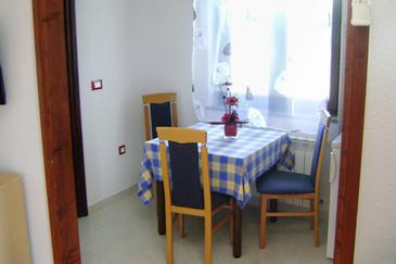 Babići, Comedor in the studio-apartment, (pet friendly) y WiFi.