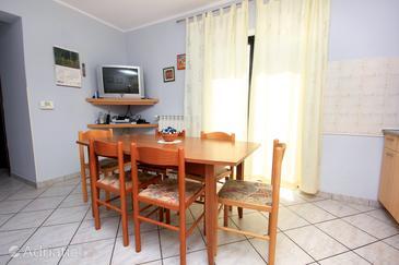 Paolija, Comedor in the apartment, WiFi.