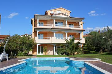 Novigrad, Novigrad, Property 2546 - Apartments with pebble beach.