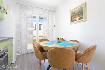 Slatine, Sala da pranzo nell'alloggi del tipo apartment, animali domestici ammessi e WiFi.