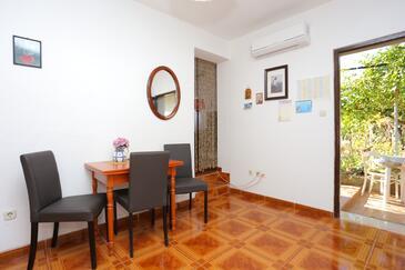 Slatine, Jedáleň v ubytovacej jednotke studio-apartment, dostupna klima, dopusteni kucni ljubimci i WIFI.