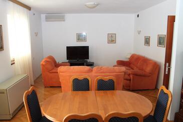 Seget Vranjica, Camera di soggiorno nell'alloggi del tipo apartment, condizionatore disponibile, animali domestici ammessi e WiFi.