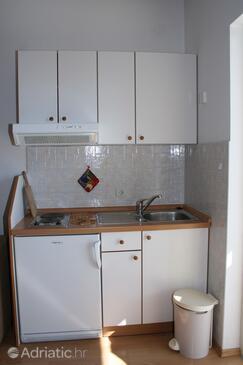 Baška Voda, Kuchyně v ubytování typu studio-apartment, s klimatizací a WiFi.