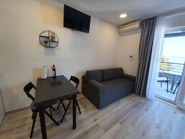 Baška Voda, Dining room in the studio-apartment, dostupna klima i WIFI.