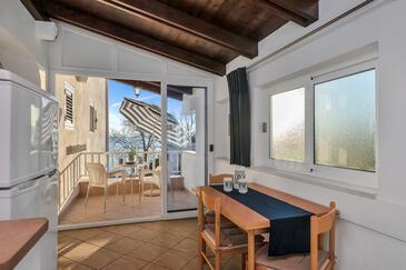 Baška Voda, Столовая в размещении типа studio-apartment, доступный кондиционер и WiFi.