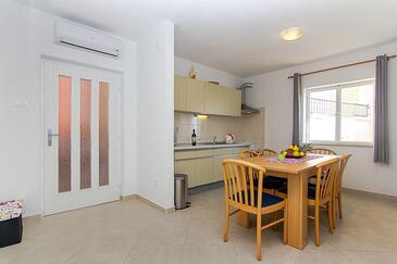 Podgora, Jídelna v ubytování typu apartment, s klimatizací a WiFi.