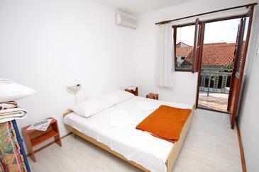 Podaca, Spálňa v ubytovacej jednotke room, dostupna klima i WIFI.