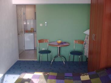 Podgora, Jídelna v ubytování typu studio-apartment, WiFi.