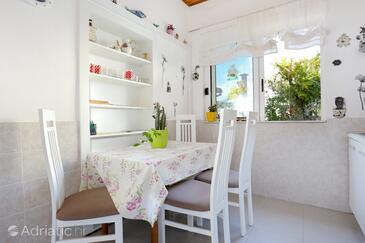 Drašnice, Jedáleň v ubytovacej jednotke apartment, domáci miláčikovia povolení.