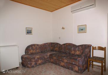 Tučepi, Living room in the apartment, dostupna klima i WIFI.