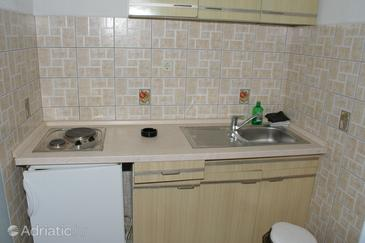 Promajna, Kitchen in the studio-apartment, WIFI.