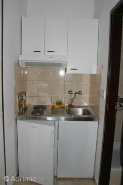 Promajna, Kitchen in the studio-apartment.