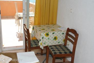Igrane, Dining room in the studio-apartment.