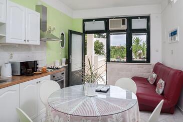 Drašnice, Dining room in the apartment, dostupna klima, dopusteni kucni ljubimci i WIFI.