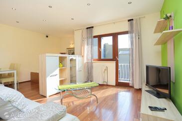 Tučepi, Obývací pokoj v ubytování typu apartment, domácí mazlíčci povoleni a WiFi.