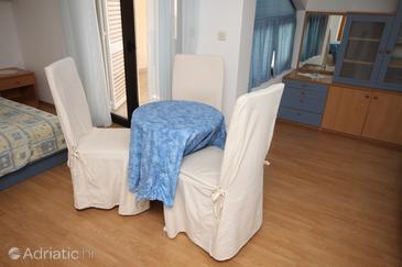 Tučepi, Jedilnica v nastanitvi vrste studio-apartment, dostopna klima, Hišni ljubljenčki dovoljeni in WiFi.