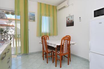 Duće, Jídelna v ubytování typu apartment, dostupna klima i WIFI.