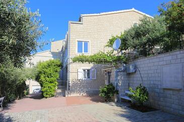 Duće, Omiš, Hébergement 2737 - Appartement à proximité de la mer avec une plage de sables.