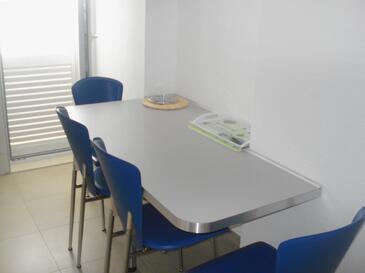 Stanići, Dining room in the apartment, dostupna klima i WIFI.