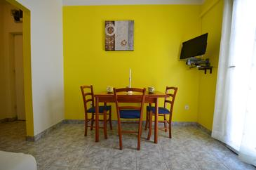 Rastići, Dining room in the apartment, dostupna klima i WIFI.