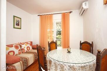 Orebić, Dining room in the apartment, dostupna klima.