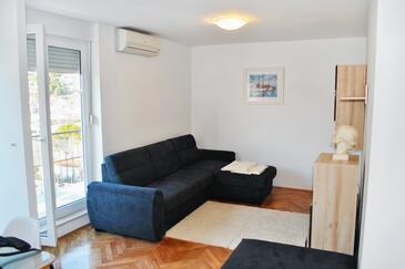 Omiš, Dnevni boravak u smještaju tipa apartment, dostupna klima i WiFi.