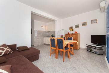 Pisak, Dining room in the apartment, dostupna klima, dopusteni kucni ljubimci i WIFI.