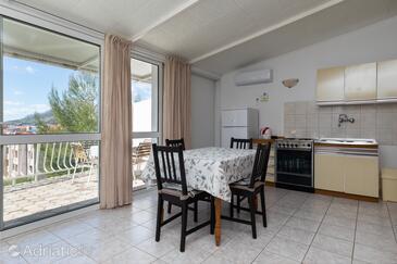 Nemira, Dining room in the apartment, dostupna klima, dopusteni kucni ljubimci i WIFI.