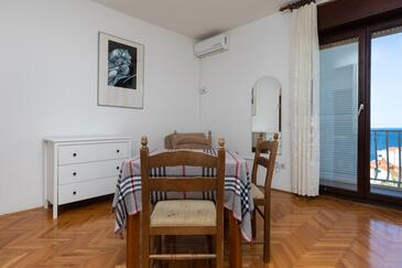 Nemira, Dining room in the studio-apartment, dostupna klima, dopusteni kucni ljubimci i WIFI.