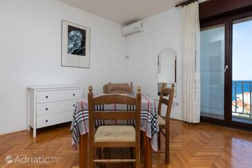 Nemira, Jídelna v ubytování typu studio-apartment, s klimatizací, domácí mazlíčci povoleni a WiFi.