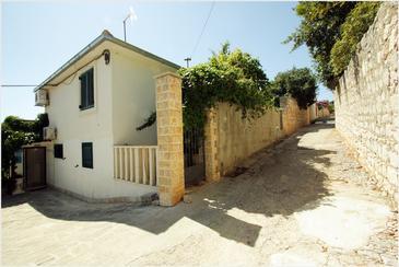 Supetar, Brač, Объект 2836 - Апартаменты вблизи моря с галечным пляжем.