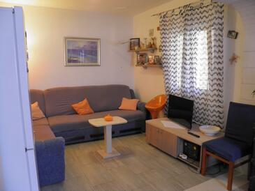 Mirca, Living room in the apartment, air condition available and WiFi.
