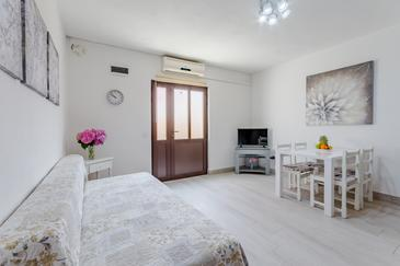 Sutivan, Living room in the apartment, air condition available, (pet friendly) and WiFi.