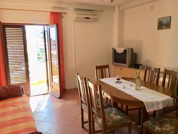 Sutivan, Dining room in the apartment, air condition available, (pet friendly) and WiFi.