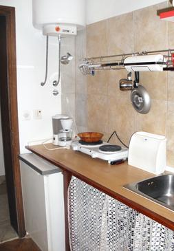 Supetar, Kuchyně v ubytování typu studio-apartment, domácí mazlíčci povoleni a WiFi.