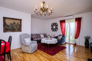 Sutivan, Living room in the apartment, air condition available and WiFi.