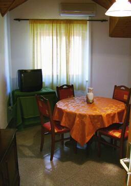 Bol, Dining room in the apartment, dostupna klima, dopusteni kucni ljubimci i WIFI.