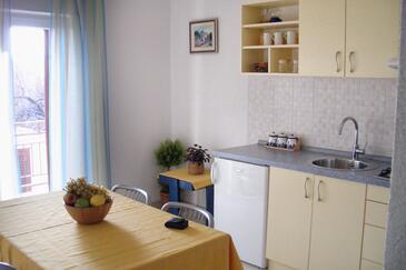 Bol, Dining room in the apartment, dostupna klima i WIFI.