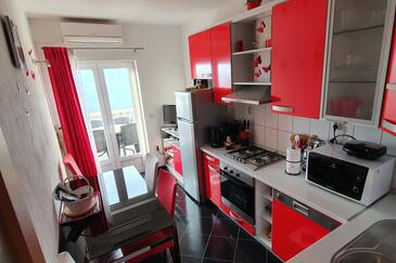 Postira, Dining room in the apartment, air condition available and WiFi.