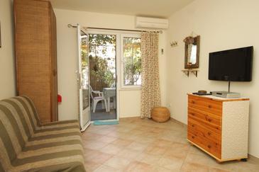 Komiža, Living room in the studio-apartment, dostupna klima.
