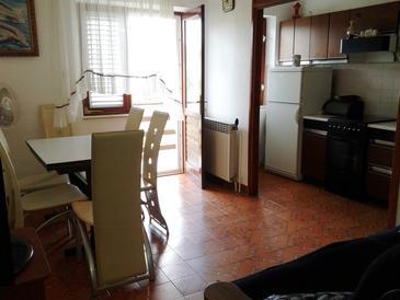 Povlja, Dining room in the apartment, dopusteni kucni ljubimci i WIFI.