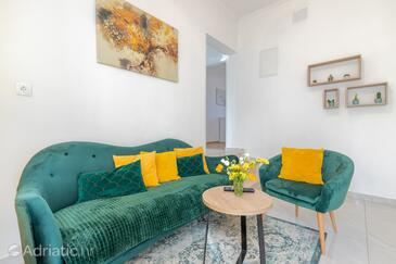 Sumartin, Living room in the apartment, (pet friendly) and WiFi.