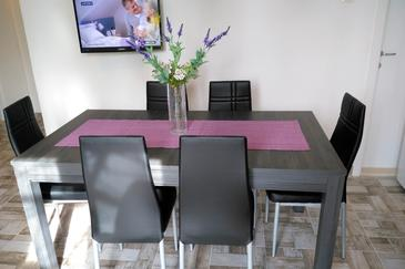 Sumartin, Dining room in the apartment, dostupna klima, dopusteni kucni ljubimci i WIFI.