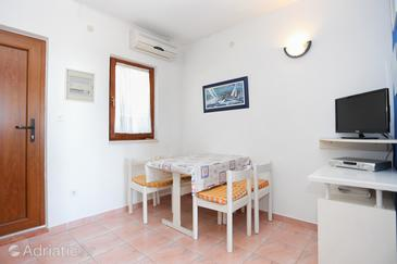 Okrug Donji, Eetkamer in the apartment, air condition available, (pet friendly) en WiFi.
