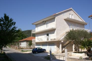 Vinišće, Trogir, Property 2987 - Apartments with pebble beach.