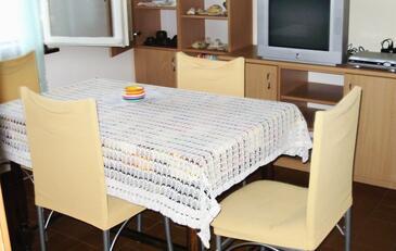 Milna, Dining room in the apartment, dostupna klima i WIFI.
